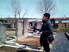 ONDŘEJ SOUKUP, jeden ze žáků EXTRA TŘÍDY, při terénní práci na frýdlantském hřbitově.