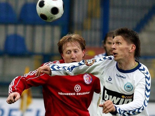 Třinecký Cieslar (vlevo) a liberecký Radzinevičius ve vzájemném souboji. Oba skórovali.