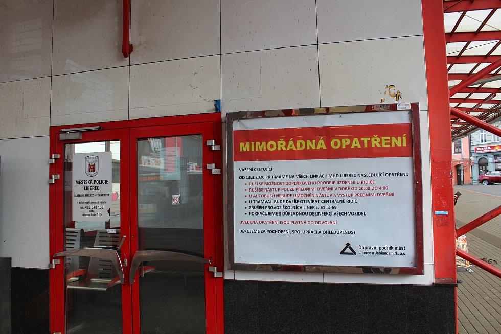 Plakát s mimořádnými opatřeními v městské dopravě na zastávce Fügnerova.