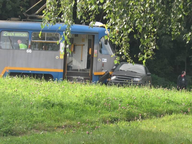 Střet automobilu s tramvají před viaduktem ve Františkově.
