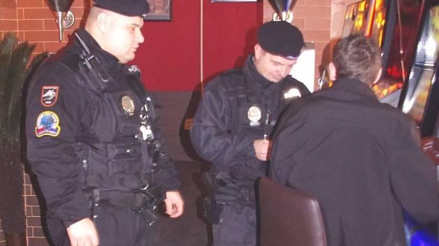 Policisté vyrazili na kontrolu do restaurací a heren.