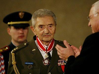 Držitel nejvyššího státního vyznamenání Řádu bílého lva, který mu propůjčil prezident České republiky Václav Klaus, plukovník ve výslužbě Stanislav Hnělička.