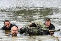 NÁROČNÉ. Takové je cvičení libereckých chemiků v Tisé. Trénují tu třeba přepravu člověka, který nemůže plavat, přes vodu na improvizovaném voru z batohů. Nebo boj zblízka.