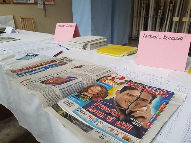 Přípravy volební místnosti a čekání na první voliče.