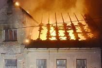 Požár domu ve Všelibicích nedaleko Českého Dubu.