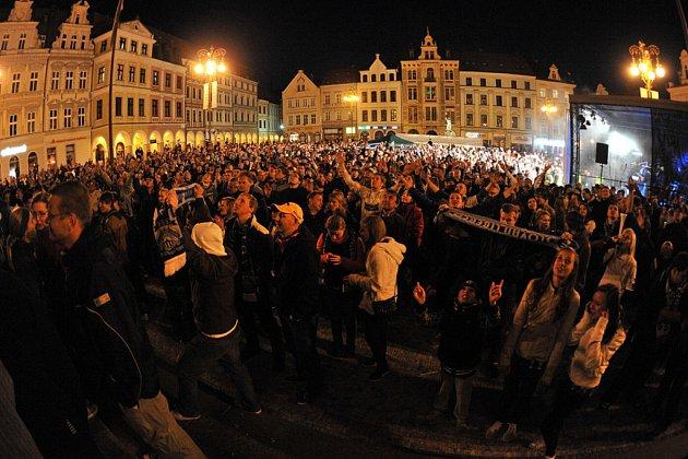 Oslavy na zaplněném náměstí