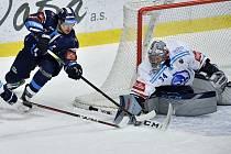 Liberec doma podlehl Plzni 3:6. Na snímku se liberecký Šmíd snaží překonat Frodla.
