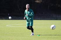ZPÁTKY NA HŘIŠTI. Jablonecký kapitán Tomáš Hübschman si užívá chvíle s balónem. Hráči se mohli vrátit k tréninkům alespoň v omezeném režimu.