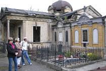 GASTRINGOVA hrobka (nahoře) je jednou z mnoha poničených hrobek na hřbitově.