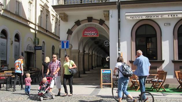 PODLOUBÍ U HOTELU, stejně jako část komunikace ve Felberově ulici je na soukromém pozemku. Majitelka je chce zatarasit.