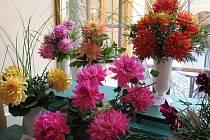 Mezinárodní výstava jiřinek v hejnickém Centru duchovní obnovy spojená se soutěží žáků zahradnických škol ve vázání květin