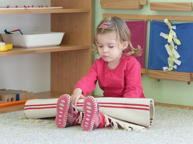 VLASTNÍ PROSTOR představují v Montessori školce koberečky, kam si děti nosí svoje pomůcky hračky.