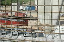 Z LIBERCE PŘÍMO DO JABLONCE. Práce na mostu pro čtyřpruhovou silnici I/14 v Liberci – Zeleném Údolí pokračují. Tuto komunikaci spravuje stát, pozastavení financování  tedy neohrozí.