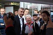 Pekař Jiří Bláha na předvolební akci v OC Liberec, které se zúčastnil i Andrej Babiš. Ten rozdával vlastní knihu a podepisoval se lidem.