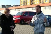 PRIMÁTORKA Martina Rosenbergová s místními lidmi v Rochlici.