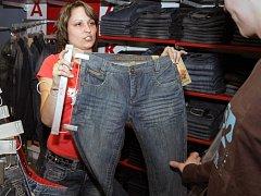 Oblíbeným trikem skupinky zlodějů bývá zabavení prodavačky. Další pak v klidu kradou zboží.