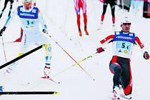 STYLOVĚ. Martin Koukal (vpravo) natáhl špičku do cíle o píď před Italem Christianem Zorzim a triumf české štafety v Davosu byl na světě. Na třetím místě dojíždí Švéd Marcus Hellner.