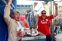 Liberečané se mohli podívat na originální pohár Mistrů UEFA, nebo se u něj i vyfotografovat. Zároveň pořádal autogramiádu Vladimír Šmicer, který pohár získal v sezoně 2000/2001.