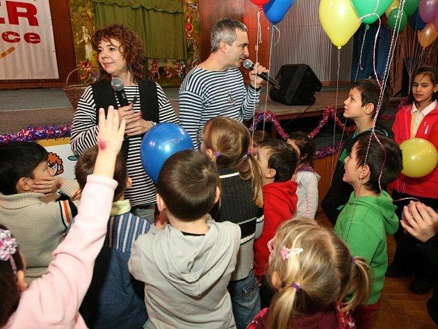 Nadace Syner pozvala pěstounské rodiny Libereckého kraje na pravidelné setkání do libereckého Kolosea. Děti tady bavila dvojice herců Magda Reifová a Petr Vacek a Sváťovo loutkové divadlo.