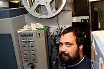 Promítač jabloneckých kin Nikola Šebesta říká: promítání cívek, na kterých byly natočené pásy, bylo podstatně složitější a promítači zabrala příprava několik hodin.