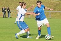 CHRASTAVA PŘEKVAPILA NEJEN HRÁDEK 4:0. Hrdinou derby byl domácí Jakub Kouba (vpravo), který vstřelil hattrick.