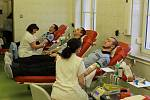 Policisté darují krev na transfuzním oddělením KNL.