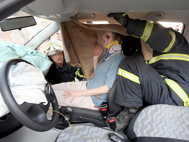 Ukázka vyprošťování zraněných z vozidla v rámci Evropského dne bezpečnosti.