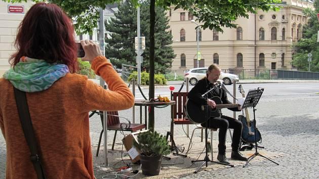 SYMBOLICKY u lavičky Václava Havla před Krajskou vědeckou knihovnou zahrál písně Kryla, Kalandry či Dylana písničkář Hamzi Humhal Dolák.