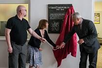Slavnostní odhalení pamětní desky ke stému výročí vzniku první Československé republiky proběhlo 11. června na Střední průmyslové škole stavební v Liberci. Na snímku vpravo je náměstek hejtmana Petr Tulpa.