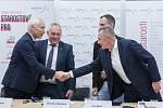 Podpis koaliční smlouvy proběhl 31. října v Liberci. Na snímku zleva je Jiří Němeček z ANO, Jaroslav Zámečník a Jan Berki (vzadu) ze Starostů pro Liberecký kraj a Petr Židek z ODS.