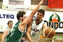 TAHOUN KONDORŮ. Vpravo, v bílém to byl Dominik Heinzl, autor 27 bodů Libereckých.