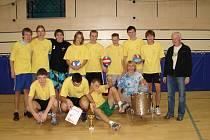 "VÍTĚZOVÉ. Vpravo ""guru"" volejbalu na škole Stanislav Krotil."