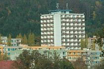 VĚŽÁK. Dům s posleními byty vysoko ční nad Vratislavicemi.