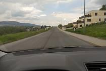 Silnice vedoucí ke sportovnímu areálu ve Vesci bude na žádost místních osazena třemi zpomalovacími prahy, aby nedocházelo k rychlejší jízdě než je dovolený limit 50 km za hodinu.