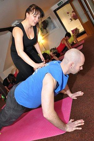 INDIVIDUÁLNÍ PŘÍSTUP. Instruktorka Katka se každému jednotlivci věnovala a opravovala mu držení těla.