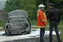OHOŘELÉ TĚLO V OSOBNÍM VOZE značky Nissan Almera, který požár zcela zničil. Taková byla scéna tragické události v turnovské části Daliměřice. Za rok 2009 při nehodách zemřelo 67 osob.