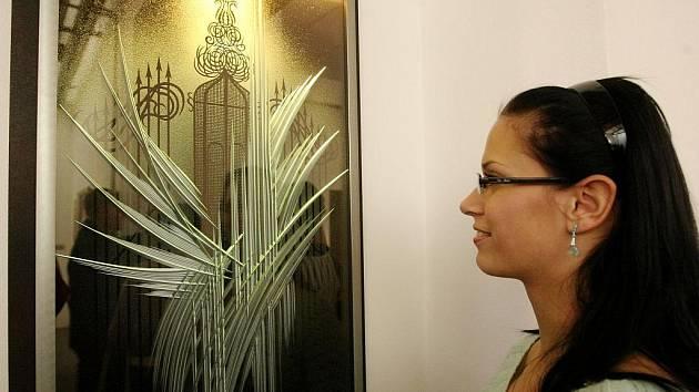 Skleněné reliefy Ivana Kolmana a obrazy Petry Orieškové vystavují v galerii Exx v Mrštíkově ulici v Liberci. Kurátorkou výstavy je Eva Vlastníková.