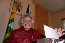 Jedna z nejstarších voličů v Libereckém kraji, paní Anežka Pošmůrná z Oldřichova v Hájích.