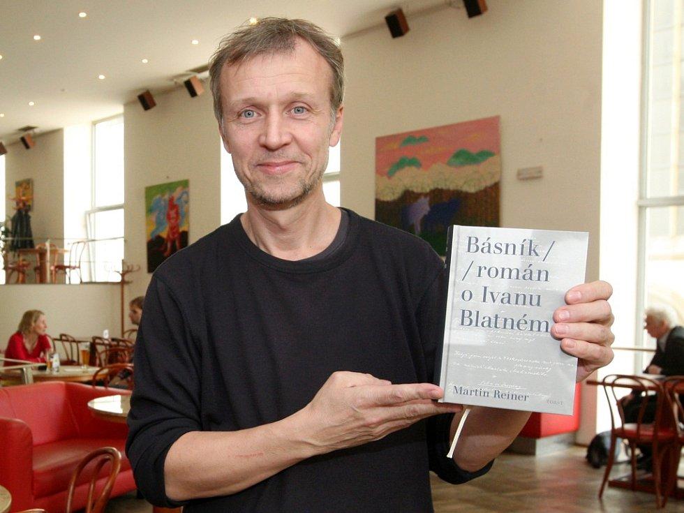 MARTIN REINER sbíral třicet let materiálu, aby napsal román o svém oblíbeném básníkovi Ivanu Blatném. Samotnou knihu psal šest let.