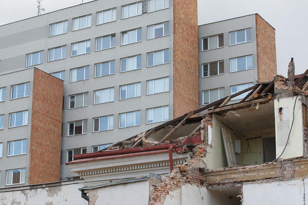 Demolice budov v Liberci v ulici U Nisy.