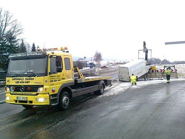 Při dopravní nehodě najela na betonová svodidla bílá dodávka.