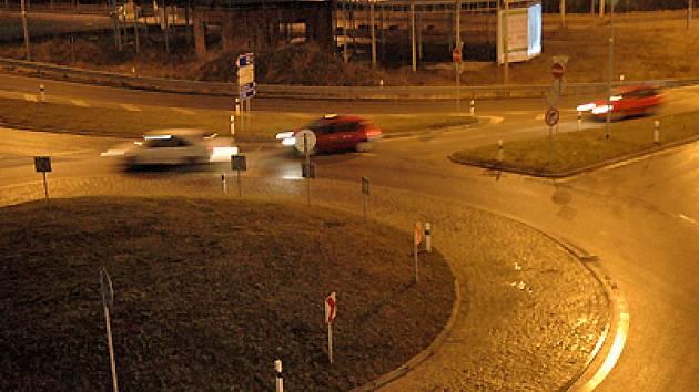 U liberecké čerpací stanice Alfa Station jsou hned dva kruhové objezdy a navíc jeden půlkruhový.