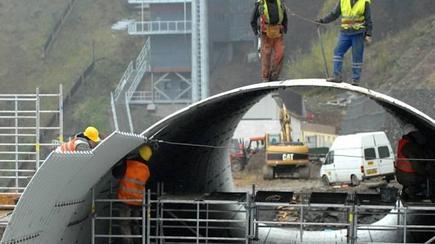 Výstavba tubusu u skokanských můstků v říjnu 2007.