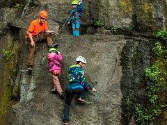 Via ferrata i pro děti a nebo cvičná dřevěná stěna pro lezení s cepíny a mačkami. I to lze najít v nové horolezecké aréně Hanibal v Liberci. Kromě lezecké části v ní vznikla i odpočinková zóna.