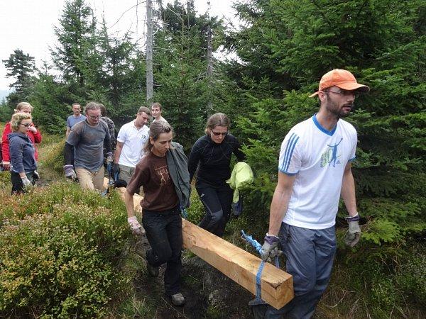 Stovka dobrovolníků pomáhala vJizerských horách.