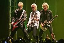 Status Quo - kapela, která působí na scéně přes čtyři desítky let, v téměř zaplněné Tipsport Areně v Liberci vytvořila precizní show a nezklamala.