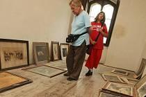LIDÉ SE PODÍVALI I TAM, KDE SE JEŠTĚ NEPROVÁDÍ. Návštěvníci si mohli v sobotu na zámku Sychrov projít také sály, které jsou zatím zavřené, protože jejich vzhled ještě dokončují restaurátoři.