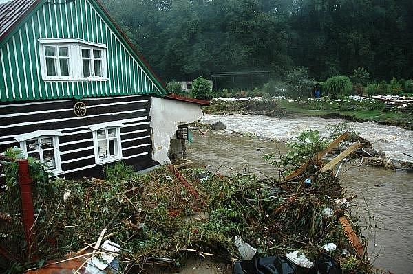 Vlna povodní zaplavila centrum Chrastavy. Nejhorší situace nastala podel říčky Jeřice v ulici Frýdlantská a Nádražní.