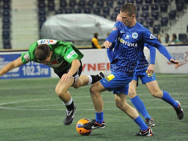 Jiří Fleišman a Lukáš Třešňák v souboji na Indoor Fotbal Cupu.