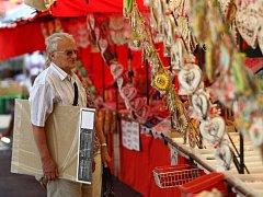 SLAVNOSTMI ŽILO CELÉ MĚSTO. Nejen místní obyvatele, ale také lidi z jiných měst přilákaly o víkendu do podhůří Jizerských hor Hejnické slavnosti. Vedle bohatého jarmarku byl hlavním magnetem pro lidi kulturní program, třeba zpěvák Jiří Schmitzer.